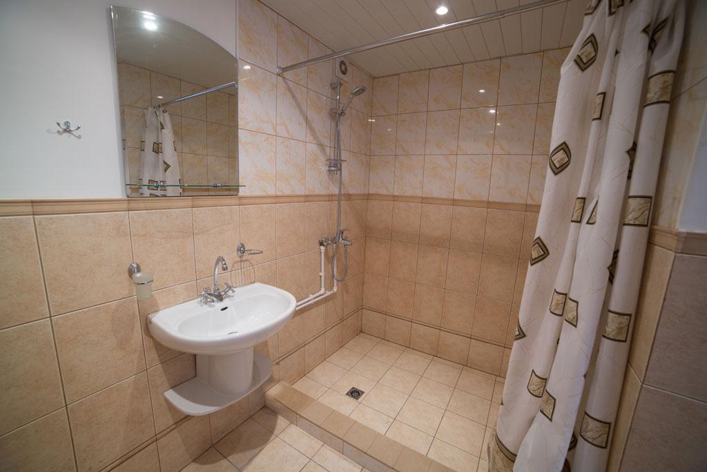 Туалет и душ в блоке