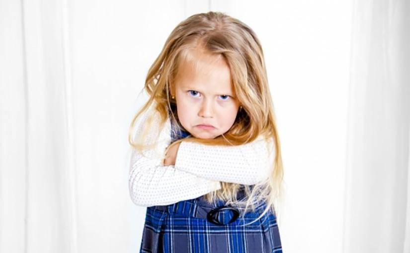 Скрещенные руки, платье на голове – что означают невербальные сигналы ребенка?